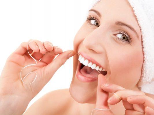 Dùng chỉ nha khoa để vệ sinh răng niềng.